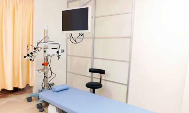 診察室内には、横になって検査治療を受けることができる、ベッドと顕微鏡モニターを設置しております